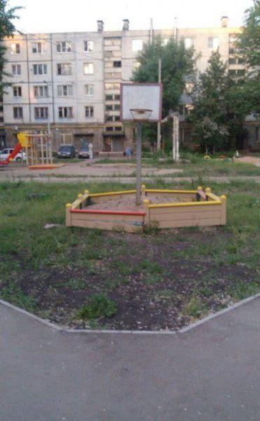 jugar a baloncesto en caja de arena